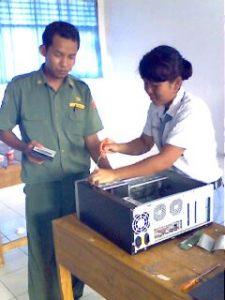 Bapak Dedy Daswinto, S.Pd. sebagai pengawas Merakit Komputer